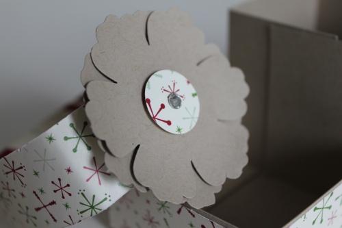 Geschenkbox aus Papier mit der Blumenstanze dekoriert, gebastelt mit Produkten, Stempeln und Stanzen von Stampin\' Up!