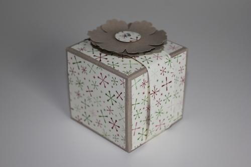 Verpackung mit der Blumenstanze und dem Designerpapier Fröhliche Weihnacht, gebastelt mit Produkten, Stempeln und Stanzen von Stampin\' Up!